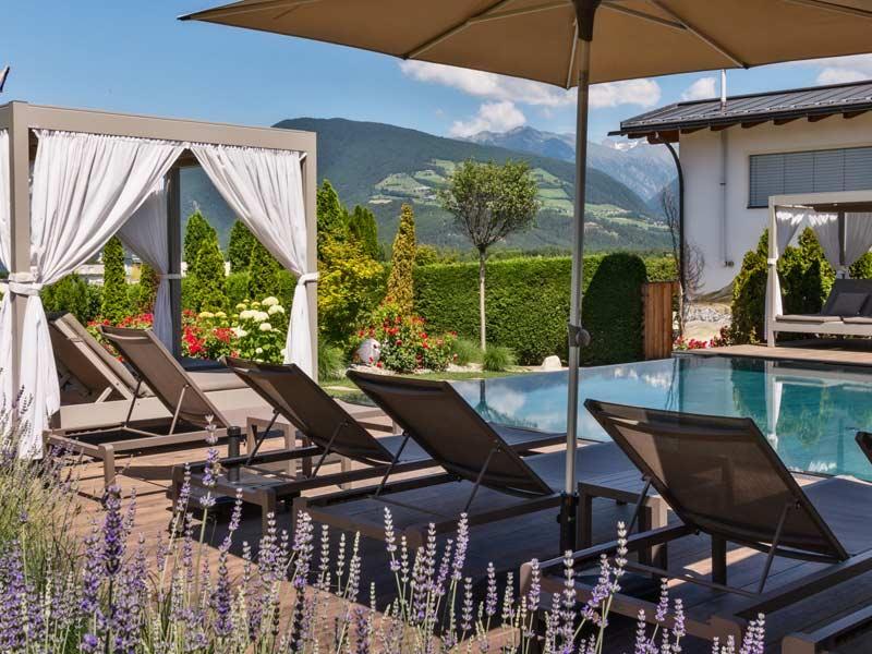 Hotel in s dtirol mit hallenbad naturbadeteich hotel sun for Schwimmbad aussen